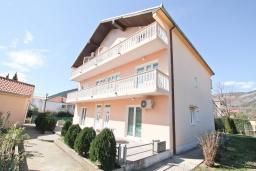 Фасад дома. Продается большой 3-х этажный дом в Биела. 433м2, 10 спален, 6 ванных комнат, участок 500м2, 60 метров до моря, цена - 3'500'000 Евро. в Биеле