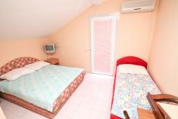 Спальня. Продается большой 3-х этажный дом в Биела. 433м2, 10 спален, 6 ванных комнат, участок 500м2, 60 метров до моря, цена - 3'500'000 Евро. в Биеле