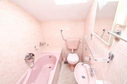 Ванная комната. Продается большой 3-х этажный дом в Биела. 433м2, 10 спален, 6 ванных комнат, участок 500м2, 60 метров до моря, цена - 3'500'000 Евро. в Биеле