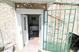 Вход. Продается 2-х этажный дом с участком 2500м2, в Камено. 80м2, гостиная, 3 спальни, 7.5км до моря, цена - 250'000 Евро. в Герцег Нови