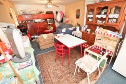 Гостиная. Продается 2-х этажный дом с участком 2500м2, в Камено. 80м2, гостиная, 3 спальни, 7.5км до моря, цена - 250'000 Евро. в Герцег Нови