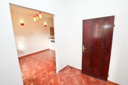 Коридор. Продается дом в Герцег-Нови, Старый город. 716м2, 6 спален, 4 ванные комнаты, балкон с видом на море, дворик, 400 метров до пляжа, цена - 1'395'000 Евро. в Герцег Нови