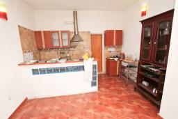 Кухня. Продается дом в Герцег-Нови, Старый город. 716м2, 6 спален, 4 ванные комнаты, балкон с видом на море, дворик, 400 метров до пляжа, цена - 1'395'000 Евро. в Герцег Нови