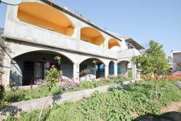 Фасад дома. Продается 2-х этажный дом в Герцег-Нови, Дженовичи. 232м2, 2 гостиные, 4 спальни, 2 ванные комнаты, участок 560м2, 120 метров до моря, цена - 450'000 Евро. в Дженовичи