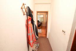 Коридор. Продается 2-х этажный дом в Герцег-Нови, Дженовичи. 232м2, 2 гостиные, 4 спальни, 2 ванные комнаты, участок 560м2, 120 метров до моря, цена - 450'000 Евро. в Дженовичи