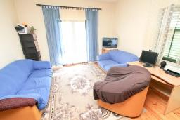 Гостиная. Продается 2-х этажный дом в Герцег-Нови, Дженовичи. 232м2, 2 гостиные, 4 спальни, 2 ванные комнаты, участок 560м2, 120 метров до моря, цена - 450'000 Евро. в Дженовичи