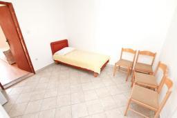 Спальня 2. Продается 2-х этажный дом в Герцег-Нови, Дженовичи. 232м2, 2 гостиные, 4 спальни, 2 ванные комнаты, участок 560м2, 120 метров до моря, цена - 450'000 Евро. в Дженовичи