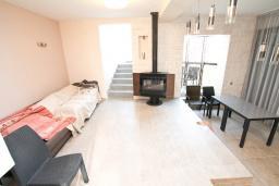 Гостиная. Продается 2-х этажный дом в Каменари. 120м2, большая гостиная, 3 спальни, терраса с шикарным видом на море, участок 330м2, 300 метров до пляжа, цена - 360'000 Евро. в Герцег Нови