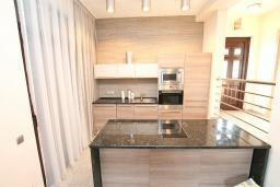 Кухня. Продается 2-х этажный дом в Каменари. 120м2, большая гостиная, 3 спальни, терраса с шикарным видом на море, участок 330м2, 300 метров до пляжа, цена - 360'000 Евро. в Герцег Нови