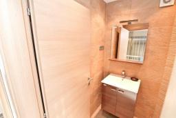 Туалет. Продается 2-х этажный дом в Каменари. 120м2, большая гостиная, 3 спальни, терраса с шикарным видом на море, участок 330м2, 300 метров до пляжа, цена - 360'000 Евро. в Герцег Нови