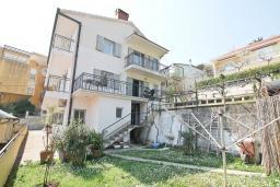 Фасад дома. Продается 3-х этажный дом в Герцег-Нови, Мельине. 360м2, 2 большие гостиные, 7 спален, 5 ванных комнат, 4 балкона, 2 террасы, парковка для 4 автомобилей, 40 метров до моря, цена - 830'000 Евро.  в Мельине