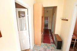 Коридор. Продается дом в Герцег-Нови, Зеленика. 108м2, 5 спален, большая терраса, парковка на 4 автомобиля, 400 метров до моря, цена - 120'000 Евро. в Зеленике