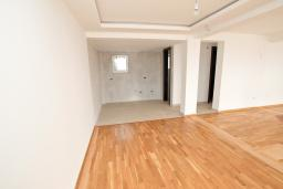 Гостиная. Продается современный дом в Кримовице. 378м2, большая гостиная, 3 спальни, 2 ванные комнаты, бассейн, камин, огромная терраса с шикарным видом на море, 2км до пляжа, цена - 450'000 Евро. в Кримовице