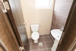 Туалет. Продается современный дом в Кримовице. 378м2, большая гостиная, 3 спальни, 2 ванные комнаты, бассейн, камин, огромная терраса с шикарным видом на море, 2км до пляжа, цена - 450'000 Евро. в Кримовице