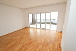Спальня 2. Продается современный дом в Кримовице. 378м2, большая гостиная, 3 спальни, 2 ванные комнаты, бассейн, камин, огромная терраса с шикарным видом на море, 2км до пляжа, цена - 450'000 Евро. в Кримовице