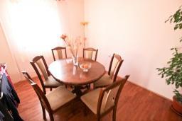 Гостиная. Продается дом в Баре. 90м2, большая гостиная, 2 спальни, участок 550м2, 3км до моря, цена - 95'000 Евро. в Баре