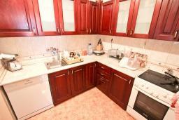Кухня. Продается дом в Баре. 90м2, большая гостиная, 2 спальни, участок 550м2, 3км до моря, цена - 95'000 Евро. в Баре