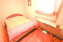 Спальня. Продается дом в Баре. 90м2, большая гостиная, 2 спальни, участок 550м2, 3км до моря, цена - 95'000 Евро. в Баре