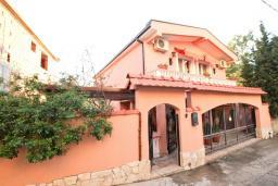 Фасад дома. Продается 2-х этажный дом в Шушань, Зелени Пояс. 218м2, большая гостиная, 3 спальни, 3 ванные комнаты, 2 террасы с видом на море, участок 200м2, 300 метров до пляжа, цена - 315'000 Евро. в Шушани