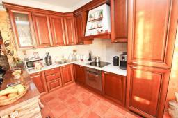 Кухня. Продается 2-х этажный дом в Шушань, Зелени Пояс. 218м2, большая гостиная, 3 спальни, 3 ванные комнаты, 2 террасы с видом на море, участок 200м2, 300 метров до пляжа, цена - 315'000 Евро. в Шушани