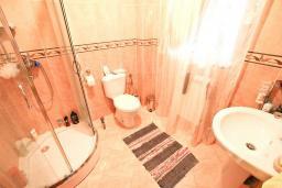 Ванная комната. Продается 2-х этажный дом в Шушань, Зелени Пояс. 218м2, большая гостиная, 3 спальни, 3 ванные комнаты, 2 террасы с видом на море, участок 200м2, 300 метров до пляжа, цена - 315'000 Евро. в Шушани