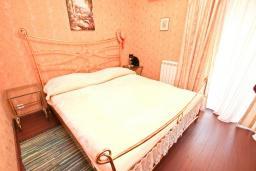 Спальня. Продается 2-х этажный дом в Шушань, Зелени Пояс. 218м2, большая гостиная, 3 спальни, 3 ванные комнаты, 2 террасы с видом на море, участок 200м2, 300 метров до пляжа, цена - 315'000 Евро. в Шушани