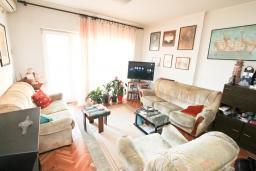 Гостиная. Продается дуплекс в Герцег-Нови, Савина. 180м2, гостиная, 3 спальни, 2 ванные комнаты, 2 балкона и терраса с видом на море, камин, гараж, 150 метров до пляжа, цена - 400'000 Евро. в Герцег Нови