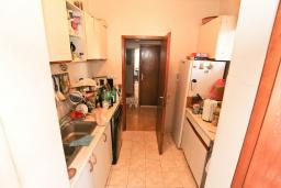 Кухня. Продается дуплекс в Герцег-Нови, Савина. 180м2, гостиная, 3 спальни, 2 ванные комнаты, 2 балкона и терраса с видом на море, камин, гараж, 150 метров до пляжа, цена - 400'000 Евро. в Герцег Нови