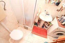 Ванная комната. Продается дуплекс в Герцег-Нови, Савина. 180м2, гостиная, 3 спальни, 2 ванные комнаты, 2 балкона и терраса с видом на море, камин, гараж, 150 метров до пляжа, цена - 400'000 Евро. в Герцег Нови