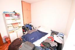 Спальня. Продается дуплекс в Герцег-Нови, Савина. 180м2, гостиная, 3 спальни, 2 ванные комнаты, 2 балкона и терраса с видом на море, камин, гараж, 150 метров до пляжа, цена - 400'000 Евро. в Герцег Нови