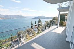 Балкон. Продается квартира в Нивице. 60м2, гостиная, 2 спальни, большой балкон с шикарным видом на море, 400 метров до пляжа, цена - 149'000 Евро. в Нивице