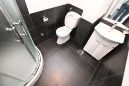Ванная комната. Продается квартира в Нивице. 60м2, гостиная, 2 спальни, большой балкон с шикарным видом на море, 400 метров до пляжа, цена - 149'000 Евро. в Нивице
