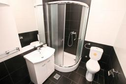 Ванная комната. Продается квартира в Нивице. 36м2, гостиная, спальня, балкон с шикарным видом на море, 400 метров до пляжа, цена - 71'000 Евро. в Нивице