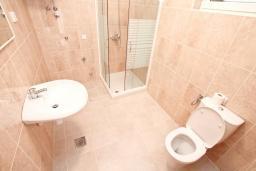 Ванная комната. Продается квартира в Нивице. 55м2, большая гостиная, спальня, балкон с частичным видом на море, 100 метров до пляжа, цена - 103'000 Евро. в Нивице