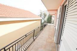 Балкон. Продается квартира в Нивице. 55м2, большая гостиная, спальня, балкон с частичным видом на море, 100 метров до пляжа, цена - 103'000 Евро. в Нивице