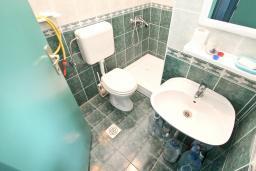 Ванная комната. Продается квартира в Баошичи. 57м2, гостиная, спальня, 2 ванные комнаты, 2 балкона, 250 метров до моря, цена - 85'000 Евро. в Баошичи