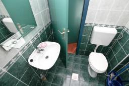 Ванная комната 2. Продается квартира в Баошичи. 57м2, гостиная, спальня, 2 ванные комнаты, 2 балкона, 250 метров до моря, цена - 85'000 Евро. в Баошичи