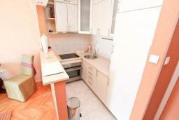 Кухня. Черногория, Герцег-Нови : Апартамент с большой гостиной, с отдельной спальней, с балконом с видом на море