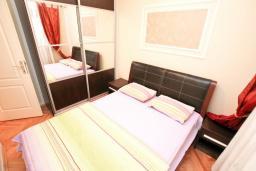 Спальня. Черногория, Герцег-Нови : Апартамент с большой гостиной, с отдельной спальней, с балконом с видом на море