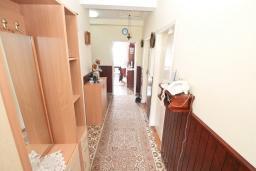 Коридор. Продается дом с участком 2700м2 в Герцег-Нови, Поди. 82м2, гостиная, большая кухня, 2 спальни, балкон и терраса, 3 км до моря, цена - 370'000 Евро. в Герцег Нови