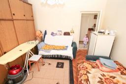 Спальня 2. Продается дом с участком 2700м2 в Герцег-Нови, Поди. 82м2, гостиная, большая кухня, 2 спальни, балкон и терраса, 3 км до моря, цена - 370'000 Евро. в Герцег Нови