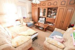 Гостиная. Продается дом с участком 2700м2 в Герцег-Нови, Поди. 82м2, гостиная, большая кухня, 2 спальни, балкон и терраса, 3 км до моря, цена - 370'000 Евро. в Герцег Нови