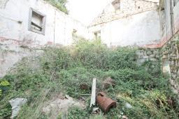 Территория. Продается старый дом 95м2 с участком 660м2 в Герцег-Нови, Поди. 3.2 км до моря, цена - 80'000 Евро. в Герцег Нови