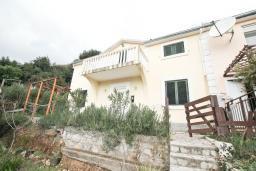 Фасад дома. Продается 2-х этажный дом в Каменари. 118м2, 2 большие гостиные, 5 спален, 2 ванные комнаты, терраса и балкон с видом на море, 400 метров до пляжа, цена - 150'000 Евро. в Герцег Нови