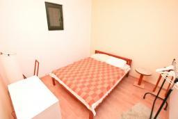 Спальня 2. Продается 2-х этажный дом в Каменари. 118м2, 2 большие гостиные, 5 спален, 2 ванные комнаты, терраса и балкон с видом на море, 400 метров до пляжа, цена - 150'000 Евро. в Герцег Нови