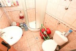 Ванная комната. Продается 2-х этажный дом в Каменари. 118м2, 2 большие гостиные, 5 спален, 2 ванные комнаты, терраса и балкон с видом на море, 400 метров до пляжа, цена - 150'000 Евро. в Герцег Нови