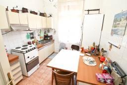 Кухня. Продается 2-х этажный дом в Герцег-Нови, Савина. 320м2, 6 спален, 3 ванные комнаты, участок 350м2, гараж, 100 метров до моря, цена - 1'500'000 Евро. в Герцег Нови