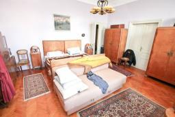 Спальня 2. Продается 2-х этажный дом в Герцег-Нови, Савина. 320м2, 6 спален, 3 ванные комнаты, участок 350м2, гараж, 100 метров до моря, цена - 1'500'000 Евро. в Герцег Нови