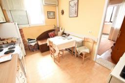 Кухня. Продается квартира в Петроваце. 50м2, гостиная-кухня, 2 спальни, 30 метров до моря, цена - 110'000 Евро. в Петроваце