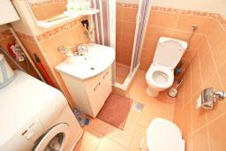 Ванная комната. Продается квартира в Петроваце. 50м2, гостиная-кухня, 2 спальни, 30 метров до моря, цена - 110'000 Евро. в Петроваце